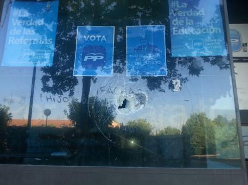 La cristalera de la sede del PP, en el Casco Antiguo de Rivas, con el impacto y las pintadas que sufrió ayer (Foto cortesía de PP Rivas)