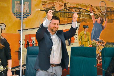 Pedro del Cura enarbola el bastón de mando, emblema del Alcalde (Foto cortesía de IU Rivas)