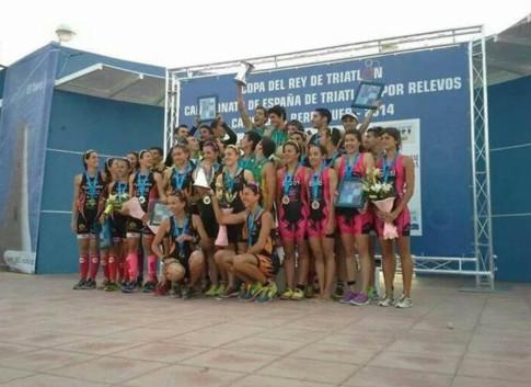 El equipo élite femenino, en lo alto del podium de la Copa del Rey (Foto cortesía del club)