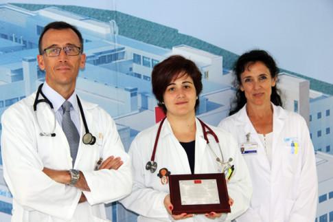 Los doctores José Mª de Miguel, Jefe de Servicio de Medicina Interna; Miriam Ramos; y Mª Luisa Medina, Jefe de Sección de Rehabilitación (Foto Cortesía de Hospital del Sureste)