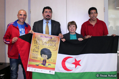Las cuatro personas que han participado en la presentación del evento, con el atleta Chema Martínez a la izquierda, acompañado del presidente de Rivas Sahel, la concejala de Salud y Servicios Sociales y el representante en España del Frente Polisario (Foto Rivas Actual)