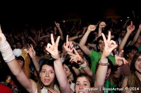 Un grupo de jóvenes, anoche, durante el concierto Planet Babylon, en el Miguel Ríos (Foto: Enrique Ayala)