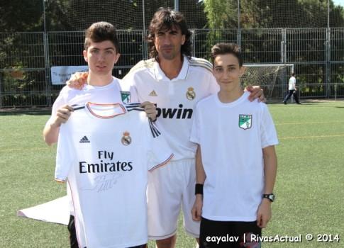Los dos jugadores de la EFRV, fotografiados con Amavisca  tras hacerles éste entrega de sendas camisetas firmadas (Foto: Enrique Ayala)