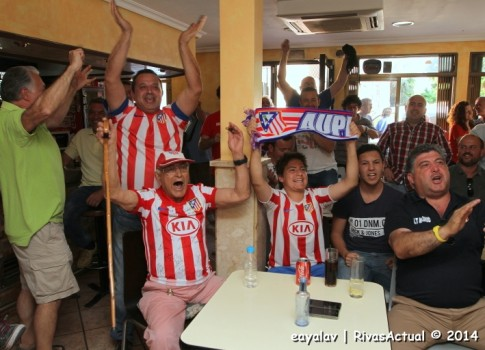 Seguidores del Atlético de Madrid festejan el título de Liga en la caseta de la Peña Atlética (Foto: Enrique Ayala)