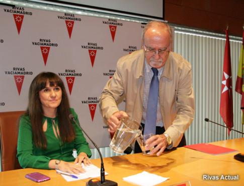 Luz Matas, ayer, mientras acompañaba a José Masa en la comparecencia de éste para explicar su dimisión (Foto Rivas Actual)
