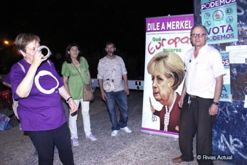Un grupo de militantes de Podemos Rivas, con el cartelón con la caricatura de Angela Merkel (Foto Rivas Actual)