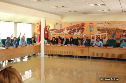 Momento en que se vota la aprobación del préstamo, con unos concejales de IU votando a favor y otros reservándose para votar en contra (Foto Rivas Actual)