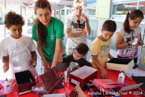 Varias personas curioseando en uno de los stands de la Feria (Foto Enrique Ayala)