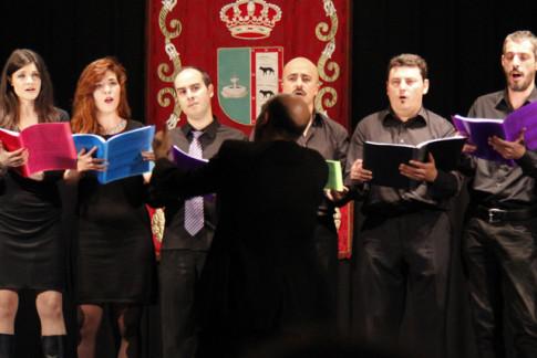 Rodrigo Guerrero dirige al Coro en una de sus actuaciones (Foto cortesía de arteSonado)