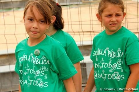 Unos niños muestran sus camisetas de apoyo a la educación pública, en una fiesta por la Educación de Rivas (Foto: Enrique Ayala)
