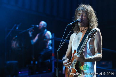 Robe, el líder de Extremoduro (en primer plano) durante el concierto (Foto: Enrique Ayala)