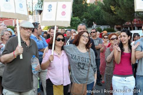 En el centro,con camiseta gris, una de los miembros de la familia que regenta el comercio amenazado de desahucio (Foto: Enrique Ayala)