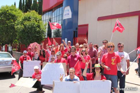 Varias deccenas de trabajadores rodeaban ayer la entrada al edificio de SETA, en Rivas (Foto Rivas Actual)