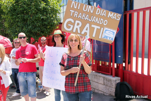 Una representante de los trabajadores muestra una pancarta reclamando el pago de salarios (Foto Rivas Actual)