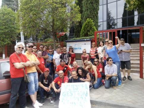 Los trabajadores en huelga, fotografiados a la entrada de la sede de SETA (Foto cortesía de los trabajadores)