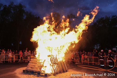 La hoguera de Covibar, en su máximo esplendor (Foto: Enrique Ayala)