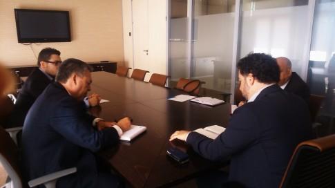 Pedro Del Cura( de espaldas), durante la reunión con los representantes de ASEMPYMER)