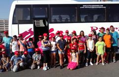 Las y los niños, antes de subir al autobús que les llevaría al campamento (Foto cortesía de RRAR)
