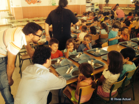 Curro García Corrales y Pedro del Cura se dirigen a niños del campamento de verano en el colegio José Hierro, durante la comida (Foto Rivas Actual)
