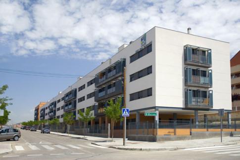 Uno de los edificios de EMV Rivas con viviendas en alquiler, en la calle Manuel Azaña