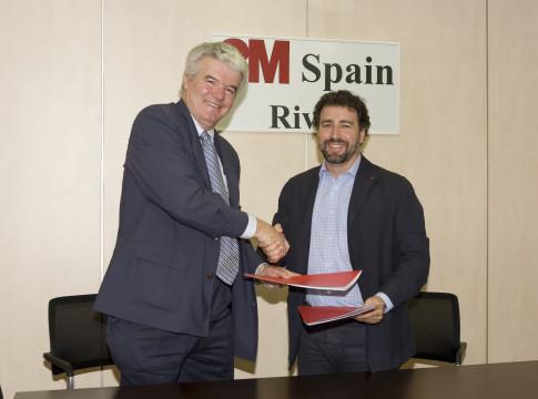 Javier Cuesta (izquierda) y Pedro del Cura, tras la firma del nuevo convenio (Foto cortesía de Ayto. Rvas)