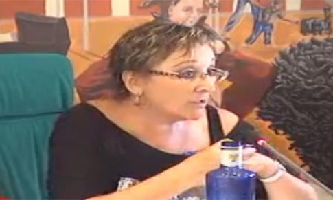 Ana Reboiro, ponente del debate sobre el Presupuesto, durante una de sus intervenciones (imagen tomada de la retransmisión en directo del Pleno por Rivasaldia TV)