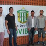 Moraqles, junto con el Segundo Teniente de Alcalde de Rivas, Curro García Corrales (a su izquierda), el presidente del CD Covibar, Fernando Soler ( a su derecha) y otros miembros de la Directiva del club, tras la presentación (Foto Rivas Actual>)