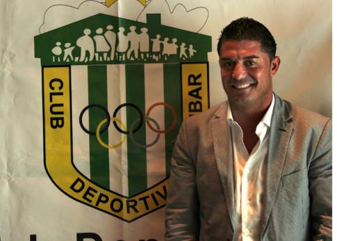 José Luis Morales, tras su presentación oficial como mánager de fútbol del CD Covibar, posa junto al escudo del club (Foto Rivas Actual)