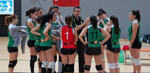 Carlos López, dando instrucciones a las jugadoras del equipo ascendido (Foto cortesía del club)