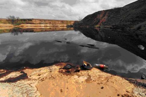 Una de las lagunas, cubiertas por petróleo (Foto: Asociación GRANMA)
