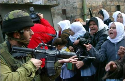 Un soldado israelí apunta con su arma a unas mujeres palestinas (foto tomada del blog domingonunez.blogspot.com.es/