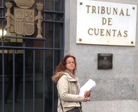 Ana Belen Castell ante el Tribunal Cuentas, el día en que presentó la denuncia (Foto UPyD Rivas)