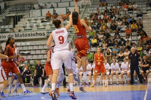 Una entrada a canasta de Ángela en un partido contra Serbia (Foto: Lou Mesa)