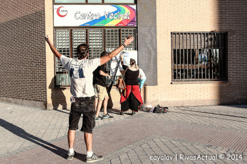 Varios vecinos colocan la pancarta que identifica el local donde se halla el Centro Vecinal (Foto: Enrique Ayala)