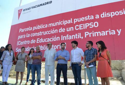 Eddy Sánchez (tercero por la derecha) junto al alcalde de Rivas, Pedro del Cura, y varios miembros del Gobierno municipal y del Grupo de IU (Foto cortesíade IU Rivas)