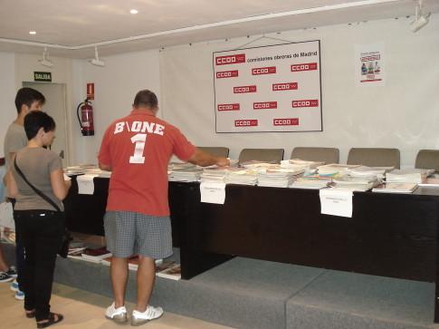 Un aspecto de la sala donde se repartían los libros (Foto cortesía de CCOO Aranjuez)