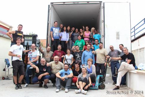 Los participantes en la carga del camión, fotografiados junto al mismo (Foto Rivas Actual)