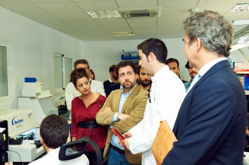 Pedro del Cura escucha las explicaciones del vicepresidente de BQ, Antonio Quirós, durante la visita al centro de BQ