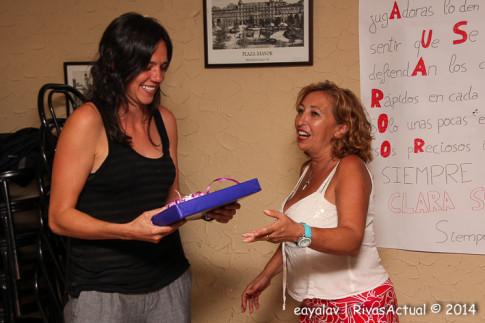 Clara Bermejo recibe la placa de recuerdo de manos de Teresa Barriopedro, presidenta de la peña (Foto: Enrique Ayala)