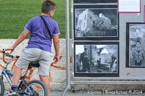 Un niño observa la exposición fotográfica sobre la situación en Palestina (Foto: Enrique Ayala)
