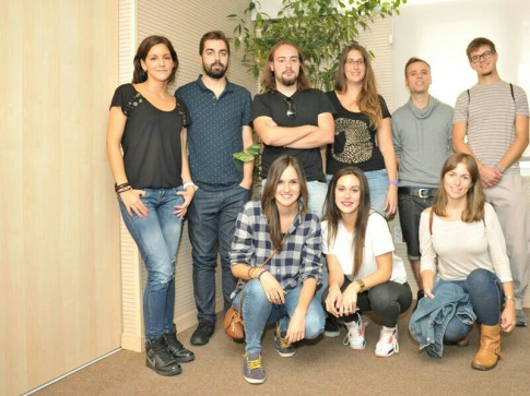 Algunos de los trece jóvenes que han obtenido la beca Leonardo, esta mañana en el Ayuntamiento de Rivas