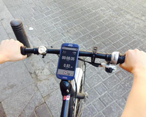 Un smartphone montado en una bici muestra la interfaz para móvil de RiderState