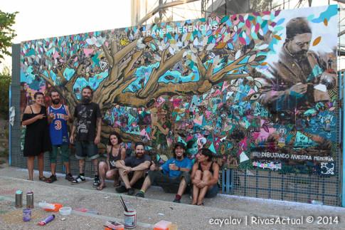 Los miembros de 'No money, no honey' posan ante el mural, una vez concluid (Foto: Enrique Ayala)