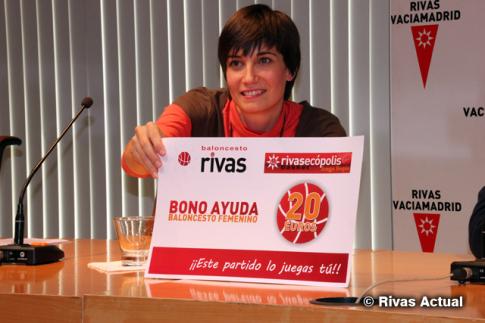 Clara Ruiz muestra una reproducción gigante del bono de apoyo destinado a particulares (Foto Rivas Actual)
