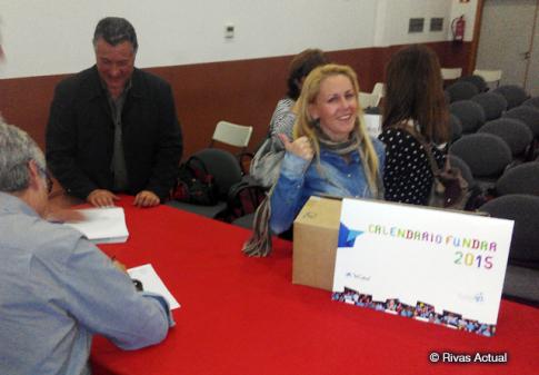 Una de las participantes en el acto, recogiendo sus calendarios (Foto Rivas Actual)