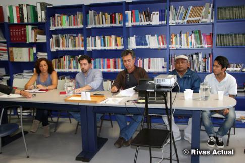 Montse Burgos (izquierda), Pedro del Cura y Javier Orozco, junto con otros miembros de la delegación colombiano-asturiana, en la mesa de presentación del informe (Foto Rivas Actual)