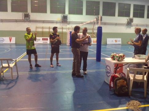 aniel Mendoza, en el momento de recoger una placa conmemorativa (Foto cortesía de AD Voleibol Rivas)