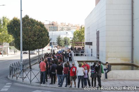 Decenas de personas aguardaban esta mañana a que se abriera las puertas del Pilar Bardem (Foto: Enrique Ayala)