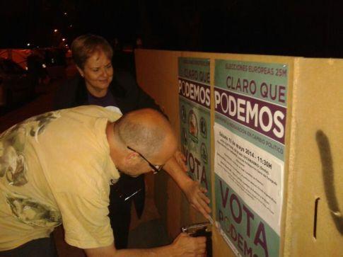 Miembros de Podemos Rivas durante una pegada de carteles para las pasadas Elecciones Europeas (Foto cortesía de Podemos Rivas)