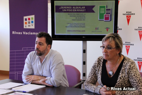 El Alcalde, Pedro del cura, y la concejala de Hacienda, durante la rueda de prensa (Foto Rivas Actual)